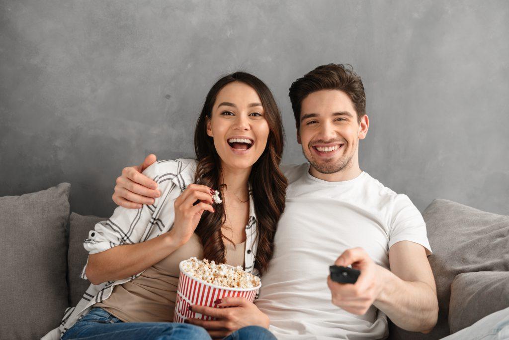 couple regarde television